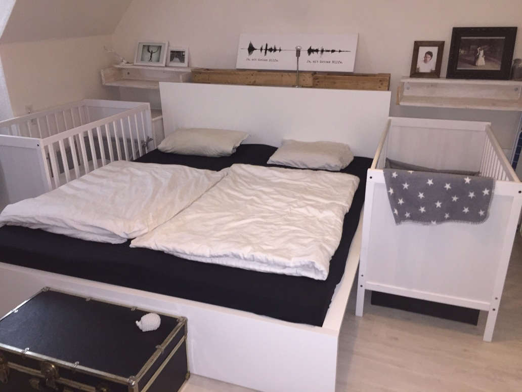 Beistellbett zwillinge  Hier schlafen vier: Familienbett mit Zwillingen Werbung - doppelkinder