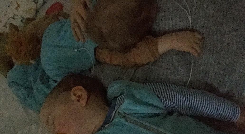 Zwillinge schlafen gleichzeitig