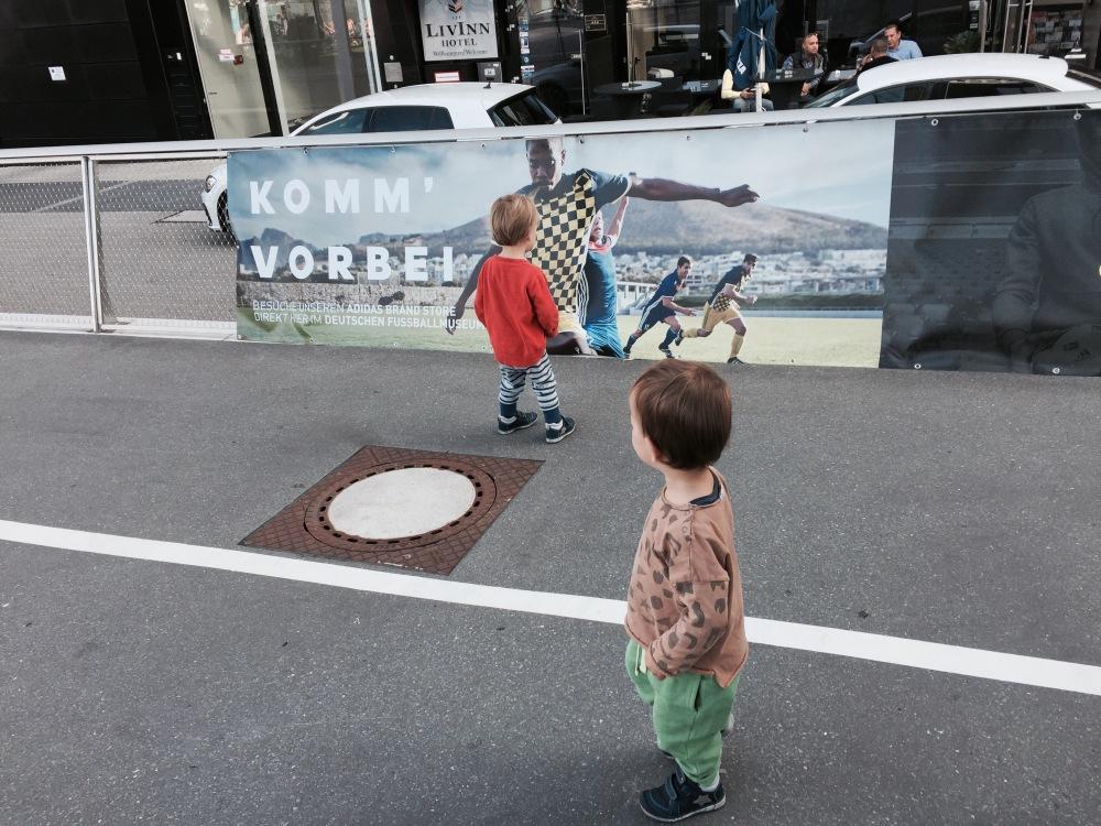 Zwillinge laufen alleine in der Stadt