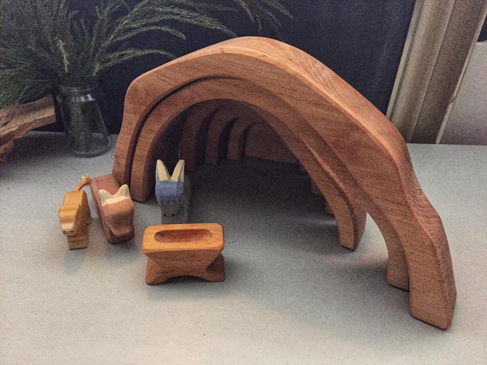 Weihnachtsgeschichte heilige Familie ostheiler Krippe Holzfiguren Holzkrippe stall holzbögen